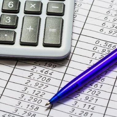 Kalkulator z długopisem na karcie rozliczeniowej